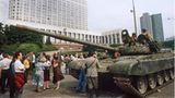 Demonstranten leisten Widerstand gegen einrollende Panzer in Moskau im August 1991