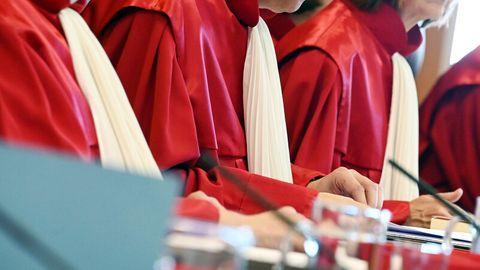 Der Zweite Senat beim Bundesverfassungsgericht in roten Roben.