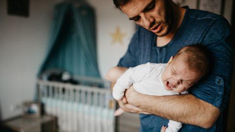 Vater mit schreiendem Baby