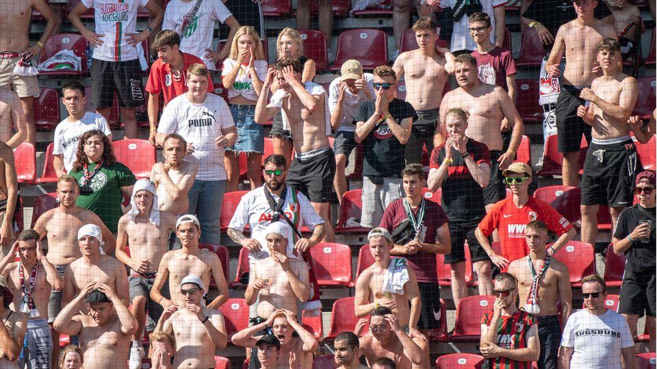 Die Fans von Augsburg genießen das Spiel ihrer Mannschaft gegen die TSG Hoffenheim