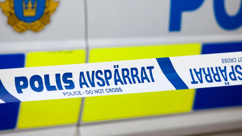 Vor einem schwedischen Polizeiauto hängt ein Absperrband der Polizei