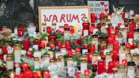 Vor der Porta Nigra in Trier haben Menschen zum Gedenken an die Opfer der Amokfahrt Kerzen aufgestellt