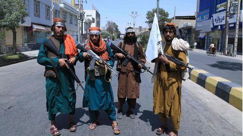 Taliban posieren auf Straße