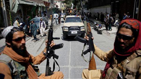 Afghanistan: Schwer bewaffnete Taliban-Kämpfer patrouillierendurch Kabul
