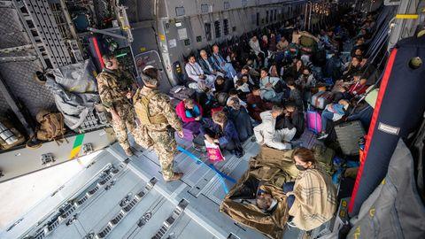 Menschen, die vor den Taliban evakuiert werden, sitzen in einem Flugzeug der Bundeswehr