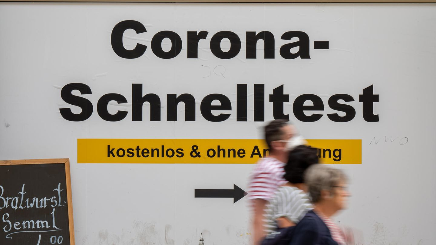 Bavaria, Munich: A sign at the town hall shows the way to free Corona rapid tests