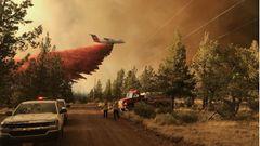 Über den Wäldern im Bundesstaat Oregon wift diese zum Löschflugzeug umgerüstete BAe 146 ihre feuchte Fracht ab.