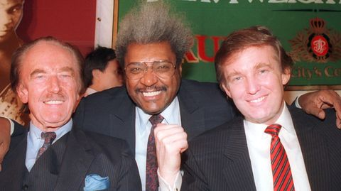 Don King mitDonald Trump und dessen Vater Fredauf einer Pressekonferenz in Atlantic City im Jahr 1987.Jahrzehnte später machte King für Trump Wahlkampf, obwohl er Anhänger der Demokraten ist. Aber für einen wie King spielt das keine Rolle, wichtig war der Zugang zu den Mächtigen.