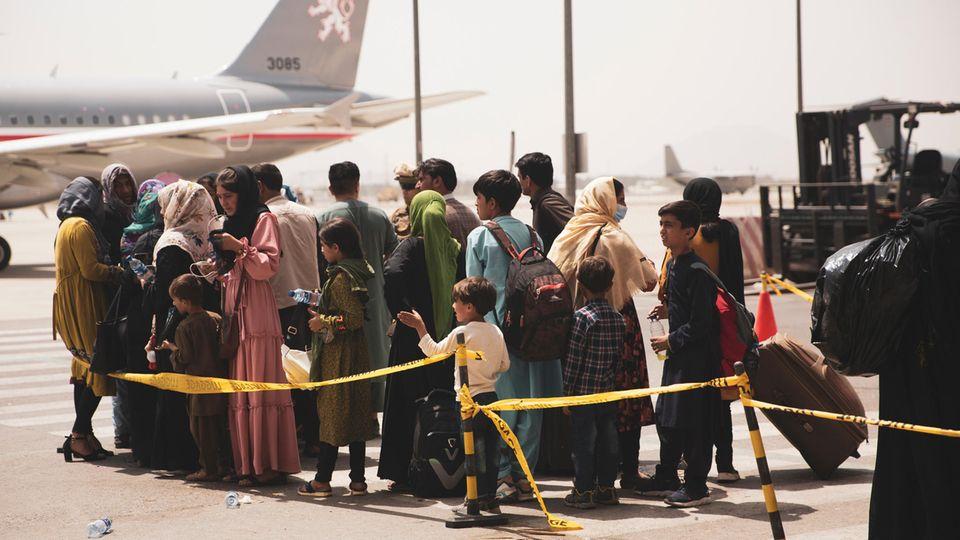 Afghanische Bürger am Flughafen Kabul