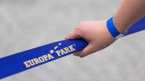 Ungeimpfte Besucher des Europa-Parks in Rust musstenspezielle Armbänder auf dem Gelände tragen