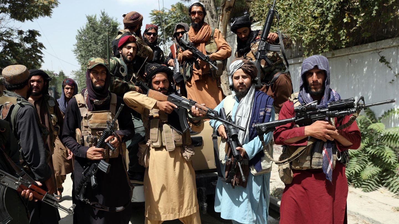 Schwer bewaffnete Taliban-Kämpfer machen zur Feier ihrer Machtübernahme in Kabul ein Gruppenfoto