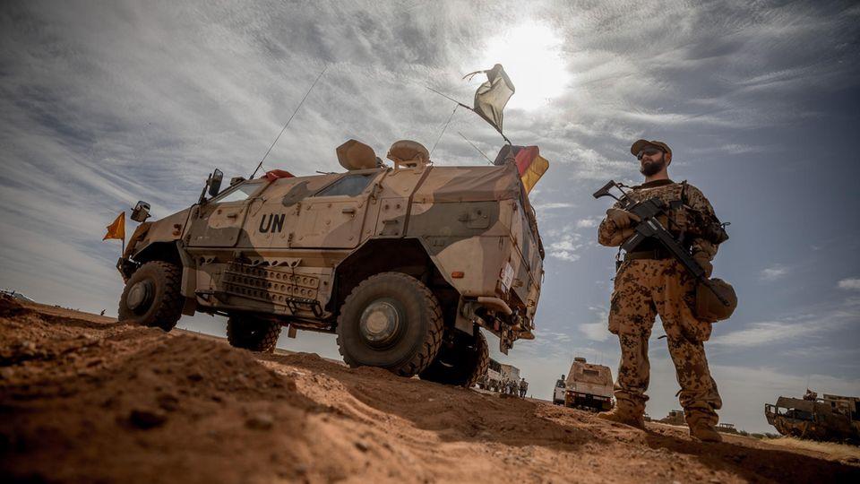 Ein Bundeswehrsoldat nahe des deutschen Camps bei Gao in Mali