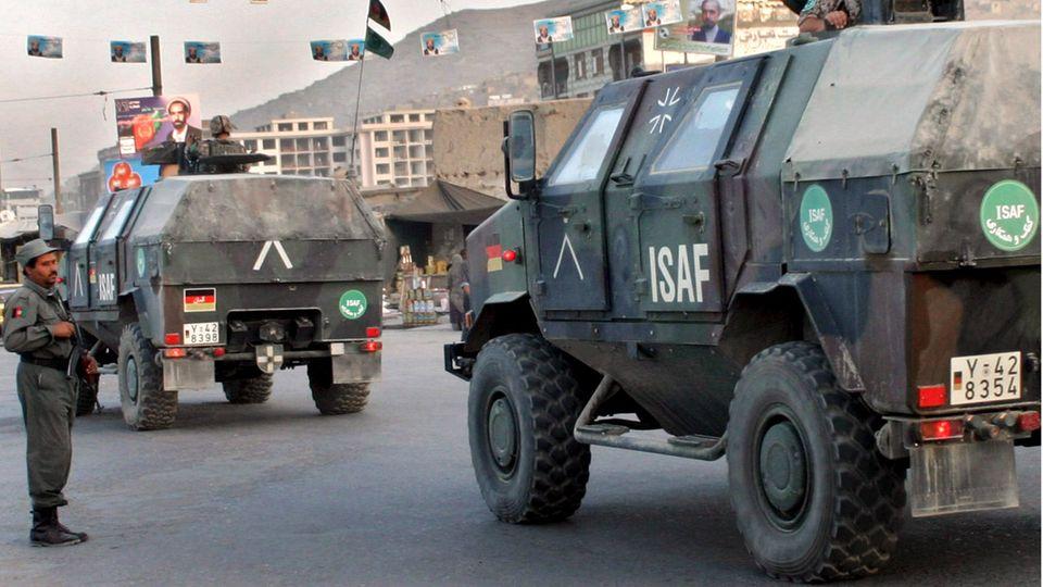 2005 patrouillieren deutsche Soldaten in gepanzerten Fahrzeugen in Kabul