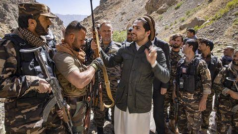 Ahmad Massud mit seinen Kommandanten im September 2020
