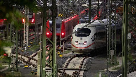Berlin: Züge stehen während des bundesweiten Lokführer-Streiks im Personenverkehr auf Gleisen.