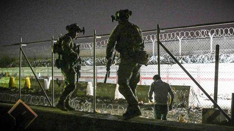 Britische und kanadische Soldaten stehen Wache am von ausländischen Sicherheitskräften kontrollierten Flughafen von Kabul.