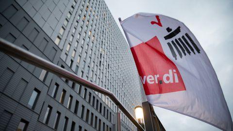 Verdi-Flagge weht vor dem Bettenhochaus der Berliner Charité