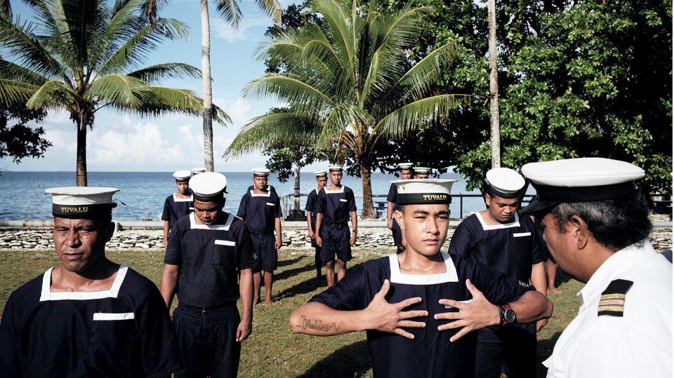Der kleine Inselstaat in der Nähe von Australien produziert vor allem wegen des Klimawandels Schlagzeilen: Tuvalu könnte angesichts eines steigenden Meeresspiegels von der Landkarte verschwinden, warnen Wissenschaftler. Einen Hinweis, warum es auf der Insel mit rund 12.000 Einwohnern (Stand: 2019) keine Coronavirus-Infektionen gibt, liefert das Auswärtige Amt: Nach Angaben des Außenministeriums ist eine Ein- wie Ausreise derzeit nicht möglich,der internationale Flugverkehr von und nach Tuvalu ausgesetzt. Derzeit gelte in Tuvalu der Notstand,Personenbegrenzungen und eine generelle Abstandsregelung von zwei Metern. Auf dem Bild zu sehen: Angehende Matrosen in Tuvalu, die für den Einsatz auf Handelsschiffen ausgebildet werden.