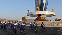 """Auch Turkmenistan verzeichnet keine Coronavirus-Infektionen. Angeblich.Das Land in Zentralasien wird vom RKI als Hochrisikogebiet eingestuft, das Auswärtige Amt geht von Covid-19-Infektionen aus und warnt vor einer """"hohen Dunkelziffer"""". Doch: """"Das Ausmaß kann aufgrund der offiziellen Informationspolitik jedoch nicht genauer spezifiziert werden."""" Seit Beginn der Pandemie behauptet Turkmenistans autoritärer Präsident Gurbanguly Berdymuchammedow, dass sein Land frei vom Coronavirus sei. Offiziell wurden bisher keine Fälle gemeldet. Zugleich rief der Staatschef der Ex-Sowjetrepublik im Juni zu verschärften Maßnahmen auf: Die Quarantäneregeln wurden ausgeweitet, Grenzkontrollen forciert, es besteht eine Maskenpflicht und seit Anfang Juli gilt de facto eine Impfpflicht für alle Erwachsenen (ab 18 Jahren). Trotz offizieller Angaben gilt es als sehr unwahrscheinlich, dass Turkmenistan keine Corona-Infektionen verzeichnet:Die umliegenden Länder –wie etwa Iran undUsbekistan – melden steigende Infektionszahlen. Tausende Turkmenen arbeiten in diesen Nachbarländern, aber etwa auch in der Türkei oder in Russland. Im Bild zu sehen:Radfahrer fahren an einem 30 Meter hohen Denkmal zu Ehren des Radsports vorbei, das zu einem wichtigen Bestandteil der staatlichen Propaganda zur Förderung eines gesunden Lebensstils geworden ist."""