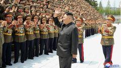 Auch in Nordkorea gibt es offiziellen Angaben zufolge keine Corona-Infektionen – und auch hier bestehen erhebliche Zweifel an den Angaben des Regimes um Machthaber Kim Jong Un: Pjöngjang veröffentlicht bis heute keine offiziellen Zahlen zur Pandemie, das ohnehin abgeschottete Land hatte sich aber bereits im Februar 2020 in einen Lockdown begeben. Wohl aus Angst vor der Einschleppung des Virus. Die Folge: Fast der gesamte Außenhandel kam zum Erliegen, das Land befindet sich in einer schwerenHunger- undWirtschaftskrise. Bis heute bleiben die Grenzen geschlossen, der Handel ist weitestgehend gestoppt, die Führung des Landes erklärte die Pandemie zur Frage des Überlebens der Nation. Im Bild, das die nordkoreanische Regierung veröffentlicht hat, zu sehen: Machthaber Kim Jong Un inmitten von Befehlshaber der Streitkräfte.