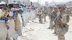 Soldaten sichern den Flughafen