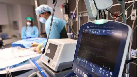 Auf einer Intensivstation in den USA kümmern sich Mediziner:innen um einen Patienten
