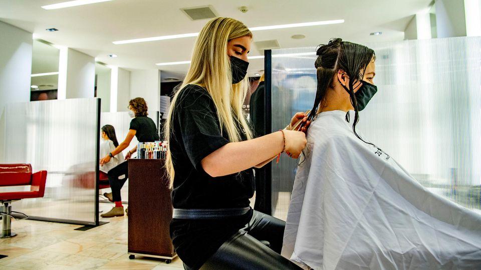 Schutzwand Coronavirus Plexiglas: Zwei Frauen in einem Friseursalon