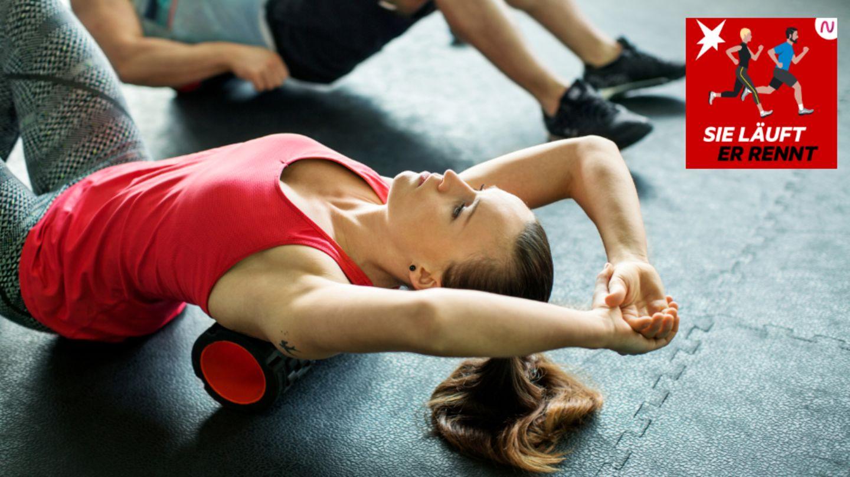 Ein Frau trainiert mit einer Faszienrolle den Rücken
