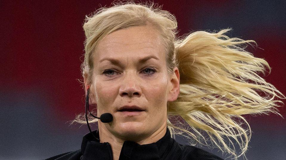 Bibiana Steinhaus während ihres letzten Einsatzes im Supercup zwischen dem FC Bayern und Borussia Dortmund im vergangenen Jahr