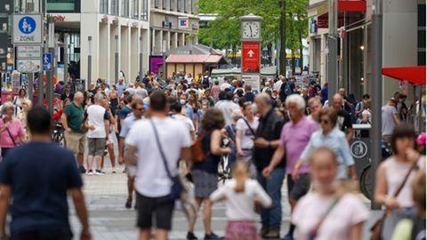 Passanten in Fußgängerzone