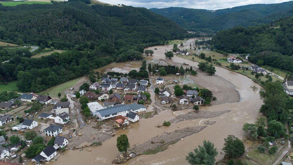 Luftaufnahmen zeigendas Dorf Insul in Rheinland-Pfalz nach massiven Regenfällen.