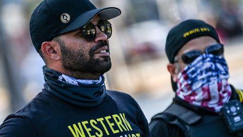 """""""Proud Boys""""-Anführer Enrique Tarrio (links) beobachtet Gegendemonstranten, die an den Tod von George Floyd erinnern, der durch Polizeigewalt ums Leben kam."""