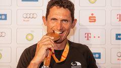 Michael Teuber, Straßen- und Bahnradfahrer und Fahnenträger. Behinderung:Inkomplette Querschnittslähmung.Teuber ist einer der erfolgreichsten Para-Athleten überhaupt.