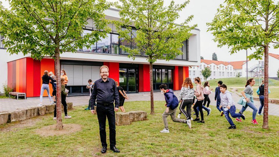 Direktor Dr. Jan-Peter Braun mit den Schülerinnen und Schülern der Klasse 5B auf den Schulhof