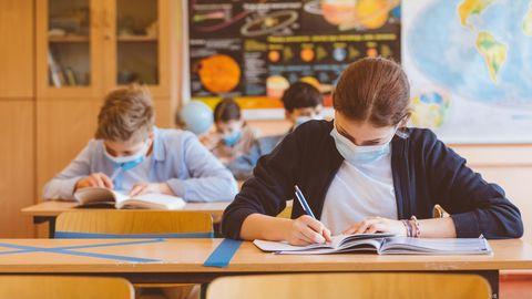 Schülerin und Schüler in Klassenzimmer
