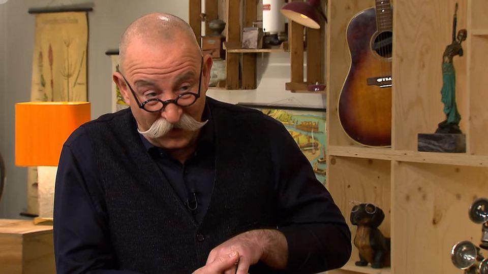 Horst Lichter schaut im Studio von Bares für Rares erstaunt in die Kamera