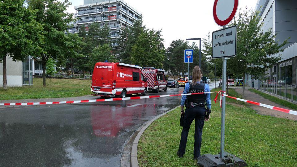 Hessen, Darmstadt: Weiträumig abgesperrt ist das Areal um das Gebäude L201 auf dem Campus Lichtwiese