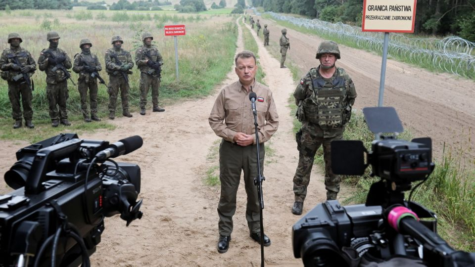 Polen Außenminister Mariusz Blaszczak bei einer Pressekonferenz am Grenzgürtel an der polnisch-belarussichen Grenze