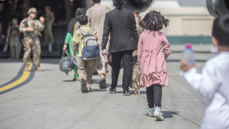 Afghanistan, Kabul: Familien gehen an Bord einer Boeing C-17 Globemaster III der US-Luftwaffe