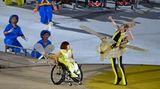 Dass Menschen auch mit Behinderungen über sich hinauswachsen können, erzähltdie Eröffnungsfeier wie in einem Märchen. Protagonistin ist ein Mädchen im Rollstuhl in Gestalt eines kleinen Flugzeugs, das nur einen Flügel hat. Es hatden Traum vom Fliegen aufgegeben.