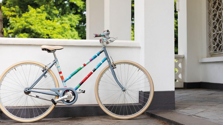 Fahrrad-Styling: Damenrad mit bunter Fahrradfolie beklebt