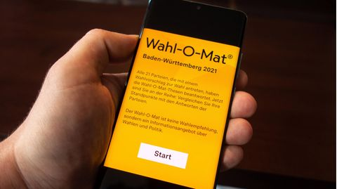 Die Wahlomat-App  auf dem Display eines Smartphones.