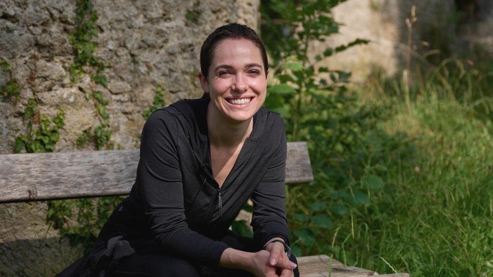 Verena Altenberger bei einer Wanderung
