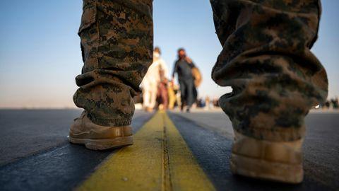 Ein US-Marine sorgt während einer Evakuierung am Flughafen von Kabul für Sicherheit