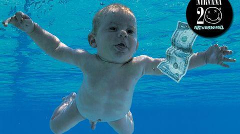 """Albumcover von Nirvana """"Nevermind"""": Spencer Elden als nacktes Baby mit Dollarscheinen im Pool"""