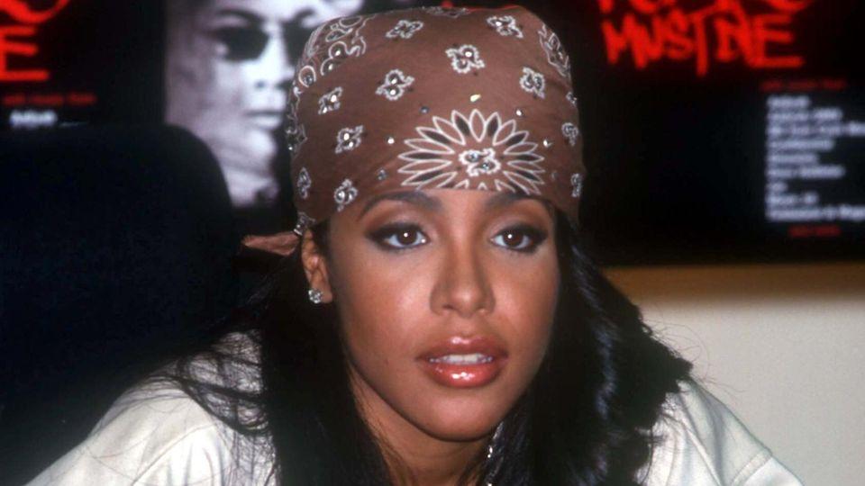 """Sängerin Aaliyah signiert am 28.2.2000 im HMV Music Store in New York ihre neue CD """"Romeo must die""""."""