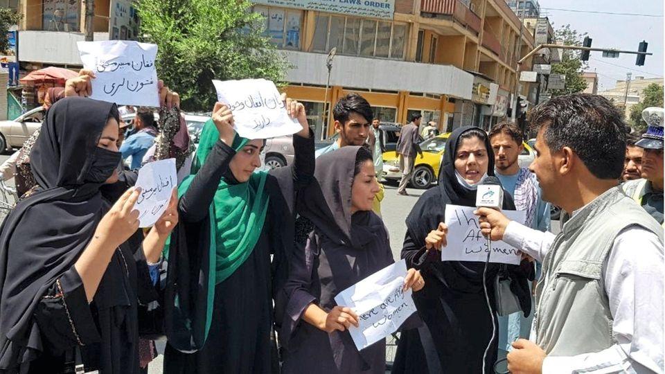 Kurz nach der Machtübernahme in Kabul: Aktivistinnen demonstrieren vor dem Präsidentenpalast für Frauenrechte