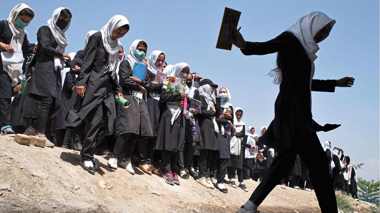 Auf dem Weg zur Prüfung: Schülerinnen in Kabul an einem Nachmittag Anfang August