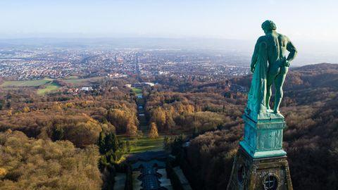 Der Herkules im UNESCO-Weltkulturerbe Bergpark Wilhelmshöhe vor dem Panorama der Stadt Kassel