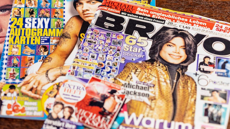 Ausgaben der Bravo mit Eminem und Michael Jackson liegen auf einem Tisch.